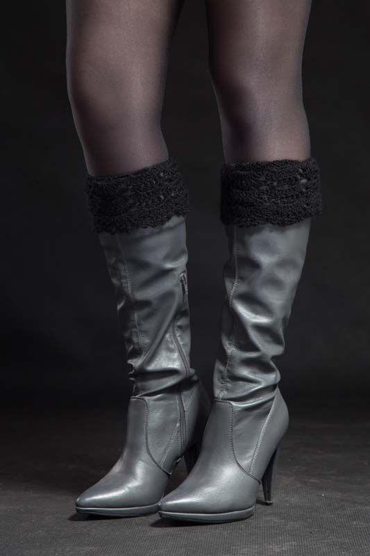 Návleky na nohy černé 140309 Návleky na nohy jsou uháčkovány krásným krajkovým vzorem zakrylové příze. Dají se nosit do kozaček - přeložené nebo povytáhlé, a to ksukni i džínám nebo ke kotníčkovým botům, ale i kletním otevřeným - to pro ty extravagantní zvás... Délka - 25 cm Toto zboží se báječně hodí k: návleky na ruce, halenka s 3/4 rukávy, ...