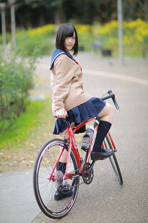 """自転車ブームによって増加しているロードバイカー、なかでもロードバイク女子の増加は華々しい限りです。 ロードバイク女子が増えている一方で、ふと思ったこと。それは""""ロードバイクで通学している女子高生はいるのだろうか?""""そんな、ありそうでなかったシチュエーションを再現したコンテンツ企画。"""