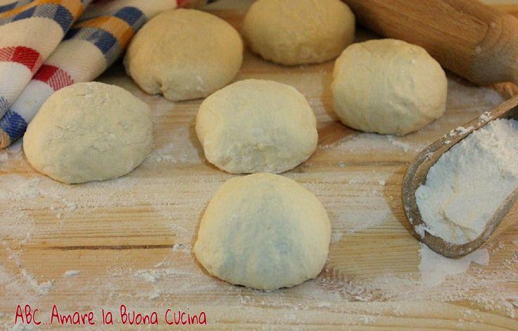 I Panzerotti sono deliziosi lievitati salati tipici del sud italia, simili ai calzoni, ma,invece di essere cotti nel forno, sono fritti in abbondante olio.
