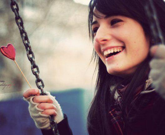 De repente a gente fica feliz e descobre que o sorriso não depende de ninguém  a felicidade acontece até para pessoa mais sozinha
