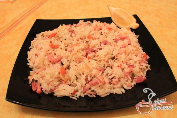 Arroz con bacon y verduras, una deliciosa y completa receta de arroz.    Ver la receta: http://www.platoscaseros.es/recetas-de-arroz/arroz-con-bacon-y-verduras