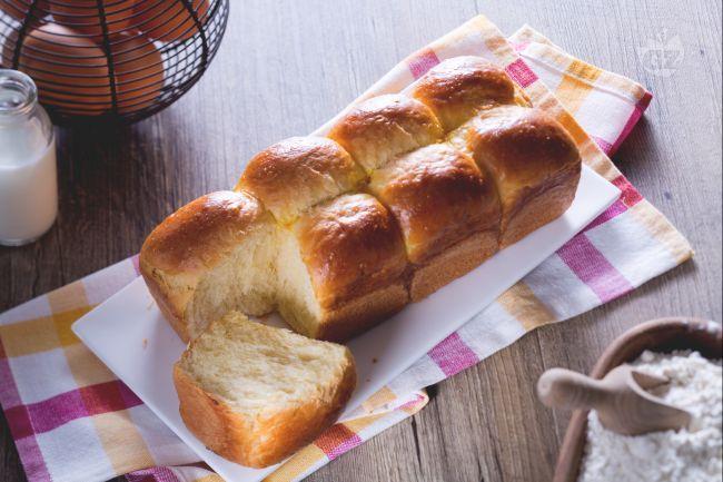 Il pan brioche è una delle ricette di base della pasticceria da forno francese. Perfetto per il french toast e per preparare trecce, panini e danubio.