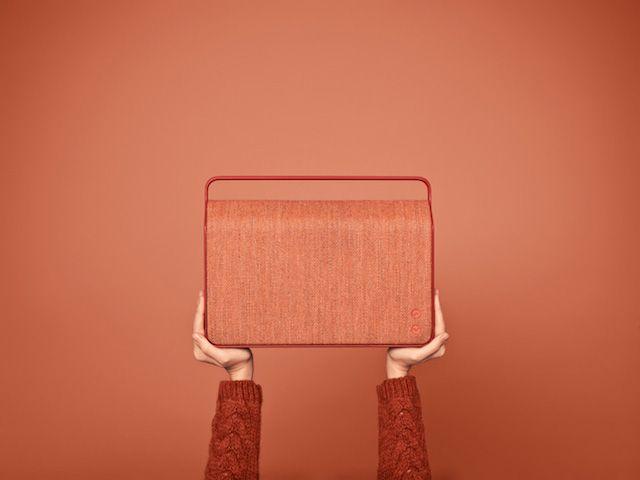 Wireless Speakers Design  La marque danoise Vifa a lancé sa première collection de haut-parleurs sans fil qu'ils ont décidé de nommer « Copenhague ». Henrik Mathiassen en a fait un objet design disponible en 6 couleurs différentes : rouge, jaune, gris, bleu ciel, bleu foncé et noir. Le tissu a été produit par Kvadrat.