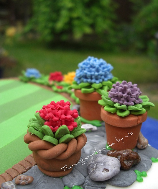 #Cute & #Pretty #Flower Pot Mini #Cakes - We love and had to share! Great #CakeDecorating!
