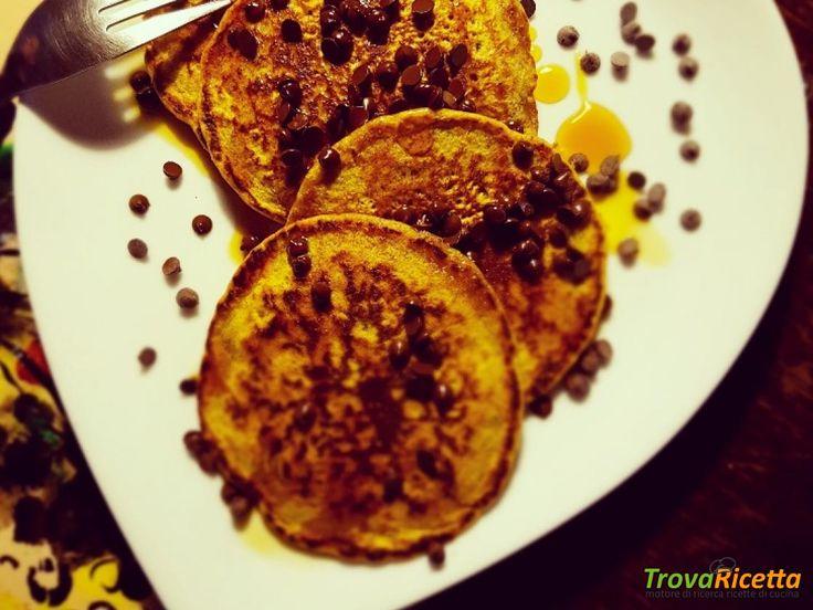 Pancakes soffici, integrali e vegan, con gocce di cioccolato e sciroppo d'acero  #ricette #food #recipes