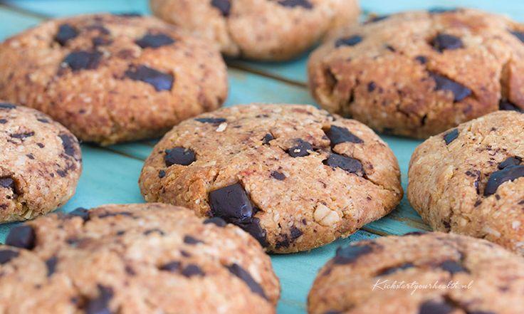 Verantwoord bakken met deze chocolade eivrije koekjes van 5 basis ingrediënten! Havermout, dadels, pure chocolade, kokosolie, bakpoeder en verder niets!