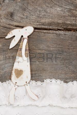 Konijn op een bruine houten achtergrond voor Pasen decoratie wenskaart  Stockfoto