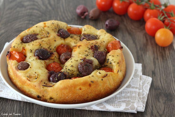 Focaccia pugliese con pomodorini pachino olive e cipolla di tropea