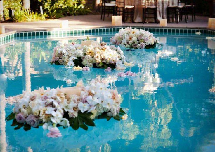 Decorazioni per le nozze all'aperto - Candele e fiori per decorare la piscina