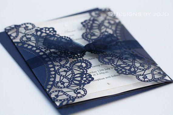Invitación de boda del corte del Laser azul por designsbyjojoshop