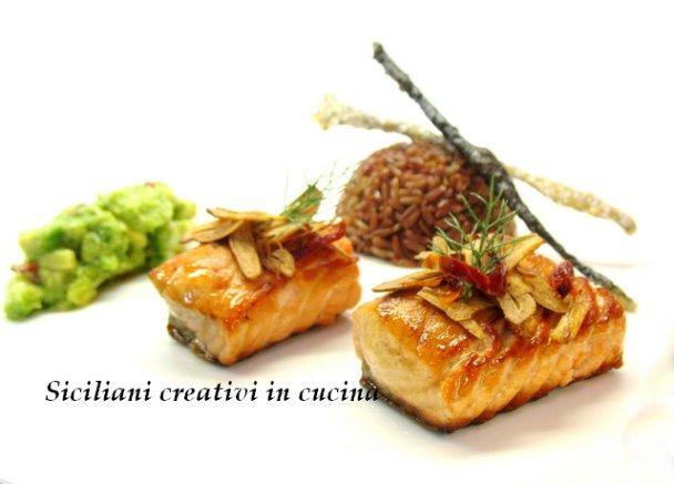 Salmone con riso rosso, aglio fritto e avocado | SICILIANI CREATIVI IN CUCINA | di Ada Parisi