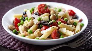 Pastasalade met snoeptomaatjes en champignons. Recept op de site.