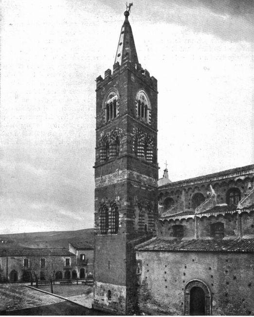 Campanile Chiesa di san Martino, Randazzo (CT), medievale, corredato di raffinate finestre bifore e trifore, realizzate con pietre bianche arenarie e nere laviche .
