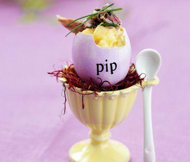 Mild och krämig äggröra med rökig smak från böcklingen. Majonnäsen ger härlig konsistens och syrligt drag i kinderna. Toppas med en kryddig blandning av finhackad kapris, rödlök och gräslök. Garnera med bitar av rökt böckling.