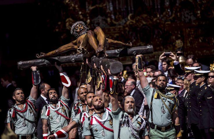 El desembarco de la Legión y el traslado del Cristo de la Buena Muerte llenan las calles de Málaga