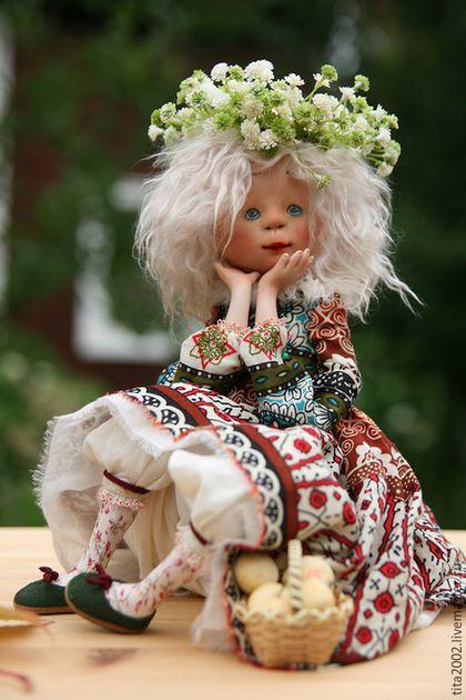 Купить или заказать Девочка-осень в интернет-магазине на Ярмарке Мастеров. автор:Людмила Гусарова Мне приснился странный сон, Будто осень, как девчонка, Ко мне, в гости, приходила. В сарафане золотом, Разукрасила оконца, В золотистые тона, Небо в синий , В рыжий солнце. И подарки раздала. Раскидала их по саду, Разноцветною листвой, Нарядила все, что было, Стал мой сад, будто живой. Вмиг, ожившие березки, Закачали головой, Свои косы растрепали, Золотистою листвой.…