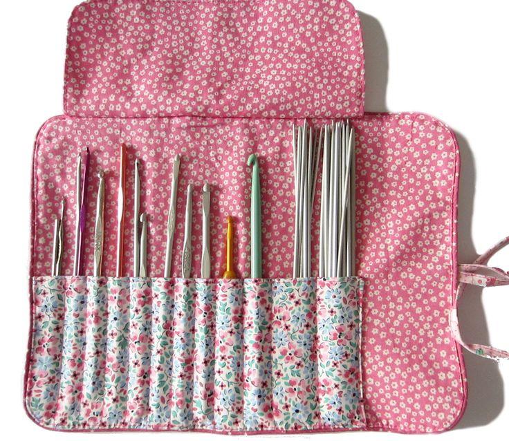 Cette pochette vous permettra de ranger avec soin tous vos crochets, vos aiguilles à tricoter les chaussettes, ou même vos pinceaux de maquillage. Un matelassage apporte moelleux et protection. Un rabat maintient parfaitement les crochets à l'intérieur. Elle se ferme joliment avec un lien. Un passepoil agrémente le dessus et le pourtour. Approximativement: fermé: 21 cm de haut, 11,5 cm de large, ouvert: 27,5 cm de large et 11,5 cm de haut Ce tutoriel convient aux débutantes qui peuvent za...