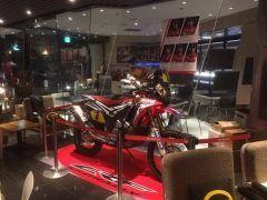 羽田空港第1旅客ターミナルに12月24日から1月31日までの期間限定でダカールカフェがオープンしています  名前の通り世界50か国以上から集結した350台以上のバイク4輪トラックが2週間をかけて9000kmの荒野を走破するダカールラリーに関連したカフェです  羽田空港内で営業するSTAMPS CAFE内のダカールカフェでダカールラリーを体感できます tags[東京都]