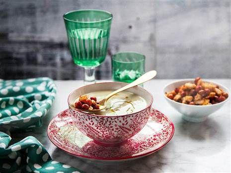 Blomkålssoppa med rostad vitlök toppad med kryddiga kikärtor