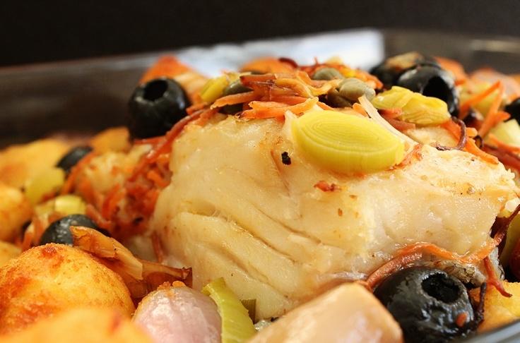 Bacalhau no forno com legumes e alcaparras