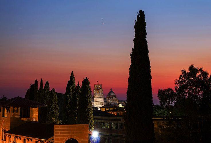 Venere e Giove in congiunzione sulla Torre di Pisa