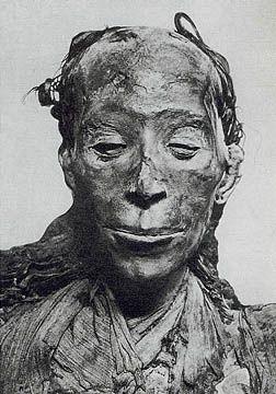 La pareja de ancianos Yuya y Thuya eran cortesanos en Egipto hace 3.800 años. Thuya sigue llevando una sonrisa enigmática que deleita al espectador hasta este día y no habla de sus secretos. A pesar del saqueo de los objetos funerarios de la pareja, sus momias aun se mantienen muy bien conservadas. Se dice que su tumba es uno de los más espectaculares que se ha encontrado en el Valle de los Reyes, hasta el descubrimiento de la tumba de su biznieto, el rey Tutankamón.