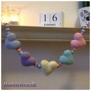 Hæklet barnevognskæde ☺️ Barnevognskæde med små hjerter?????? Link til opskrift hjerter: http://www.topping.dk/blog/download/valentines-dag-hjerte/?wpdmdl=10912...