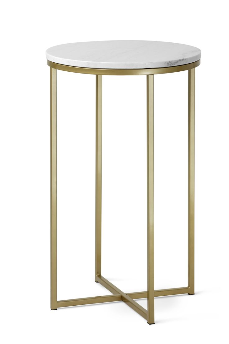 Ett elegant sidobord med nätt och luftig design som blir ett vackert blickfång och en dekorativ inredningsdetalj i ditt hem. Ett klassiskt sidobord i marmor och lackerat stål, som tack vare sin tidlösa design, blir ett bord du har glädje av i många år framöver. Marmor är en natursten vilket gör varje skiva unik med ådring, nyans och glans som bidrar till den vackra ytan. Marmor är ett poröst material så var noga med att torka upp om du råkar spilla ut något, och behandla skivan innan…