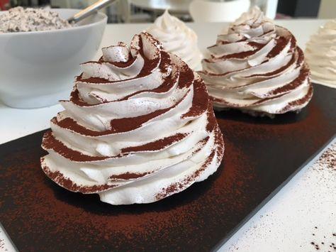 """Bikuber - En skøn marengstop fyldt med fløde rørt op med lækker chokolade for så at blive """"toppet"""" med et drys kakao - Vanvittig nemt og super lækkert..."""