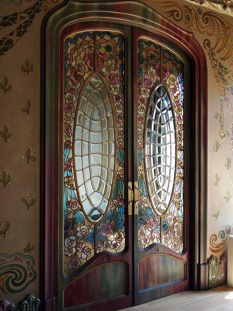 Puerta corredera de vidrieras modernistas | An exquisite pair of doors with a custom designed glass unit.