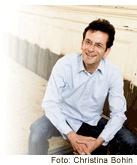 Bernd Röthlingshöfer wollte erst Filmvorführer, Honorarkonsul oder Millionär werden. Dann wurde er Werbetexter, Kreativdirektor und mehrfacher Unternehmensgründer. Heute arbeitet er als Chefredakteur und Fachbuchautor. Er gilt als Deutschlands führender Experte für Werbung, die nicht nervt ...