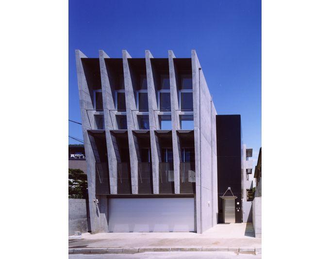 スリット状のコンクリート壁によるシャープな外観
