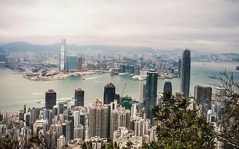 hongkong ist eine metropole und sonderverwaltungszone im süden chinas. mit 7,2 millionen einwohnern und einer größe von 1.108 km² ist es einer der dicht besiedelsten orte der welt. da die stadt selbst über wenige natürliche ressourcen verfügt, ist sie vom handels- und dienstleistungssektor abhängig. auch startups tragen ihren teil zum bruttoinlandsprodukt bei. aufgrund zahlreicher universitäten und bibliotheken ist es ein idealer standort.