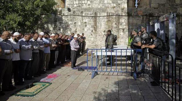 "Jakarta - Ketua Pimpinan Pusat Muhammadiyah Bahtiar Effendy mengajak umat beragama khususnya Islam untuk menggalang solidaritas politik kemanusiaan dan dukungan spiritual bagi perjuangan rakyat Palestina seiring pemblokiran Masjid Al-Aqsa oleh otoritas Israel. ""Sesungguhnya semua agama mengajarkan kepada pemeluknya untuk membela kaum yang tertindas dan terzalimi"" kata Bahtiar dalam pernyataan tertulis di Jakarta Selasa 25 Juli 2017. Dia mengatakan konflik Palestina-Israel bukanlah konflik…"