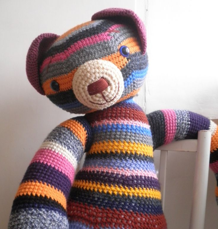 MAXI+medvěd+-+velikost+120cm+Medvěd+je+uháčkovaný+z+barevných+akrylových+vln,+je+vycpaný+dutým+vláknem,+očička+má+bezpečnostní+(se+zarážkou+vrubu)+a+čumáček+je+ručně+vyšívaný.+Velikost+medvěda+je+cca+120cm.