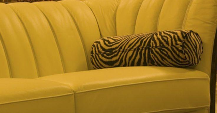 Cómo limpiar un sofá de terciopelo. Los sofás de terciopelo nos permiten descansar horas de una manera lujosa. El terciopelo es una tela suave y resistente que luce elegante en cualquier hogar. Estos sofás necesitan atención regular para que la tela conserve su aspecto nuevo y limpio. El terciopelo atrae fácilmente el polvo, el que queda bajo la lanilla, atrapando la suciedad y ...