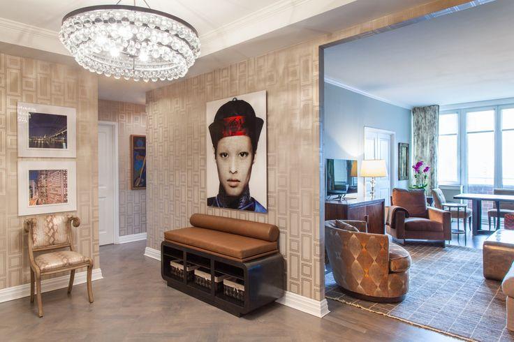 Бежевые обои в интерьере: 80+ эстетически выверенных интерьеров на стыке роскоши и благородства http://happymodern.ru/universalnye-bezhevye-oboi-v-interere-foto/ Яркие акцентные декоративные предметы в светлой гостиной комнате