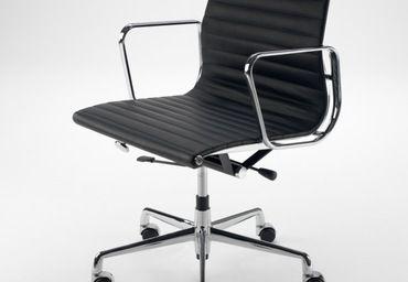 Sedia Aluminium Chair, Charles & Ray Eames, 1958.  Questa seduta è caratterizzata da una delle linee più nette, belle e pulite della storia del design. La struttura in trafilato di alluminio cromato, controventata da barre trasversali, tende una superficie in pelle anilina, che si adatta alla forma del corpo assicurando un elevatissimo livello di confort nonostante la ridotta imbottitura. La poltrona è regolabile in altezza, basculante e dotata di rotelle.