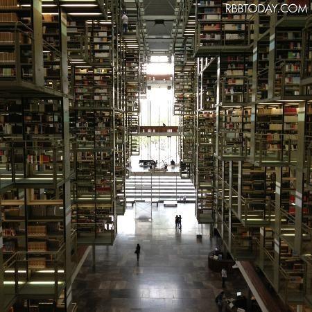 死ぬまでに一度は行ってみたい 世界の図書館15選スゴすぎる図書館 - L'Arc-en-Cei速報 -らるそく- ヴァスコンセロス図書館 メキシコ / メキシコシティ http://larcnews.blog.fc2.com/blog-entry-75.html