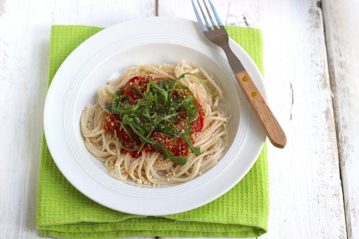 spaghetti met tomatensaus, gehaktballen en rucola
