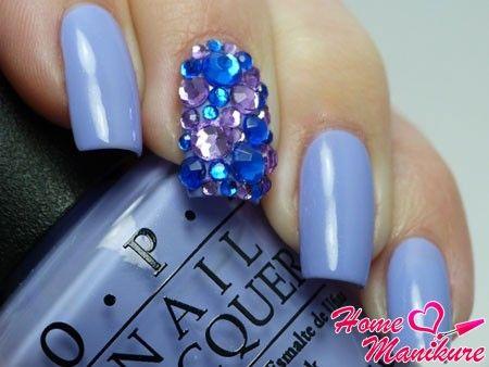 россыпь декоративных кристаллов на среднем пальце