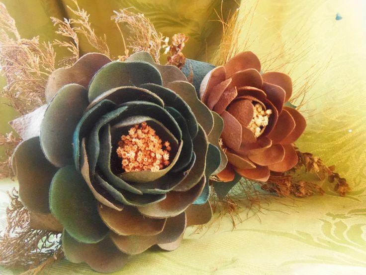 Flor Gigante, material: embalagem de maçã/pera e corante anilina