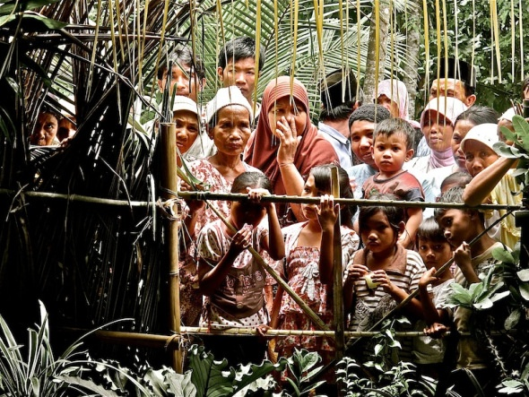 #Indonesia - Spectators and Uninvited Guests at a Wedding - SO FUNNY!