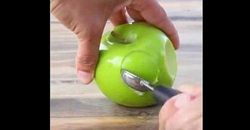 Avete mai provato ad abbinare pezzetti di mela con arachidi, saltaini, Oreo, M & M e caramello? Questo quanto viene mostrato in queste immagini. Munitevi di semplici bastoncini di ghiaccoli e immergete la mela come mostrato nelle immagini. Che bontà!