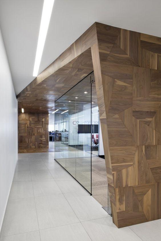 Vergaderruimte voorzien van glas en in zijn geheel als architectonisch element in het interieur #kantoor #design #vergaderen