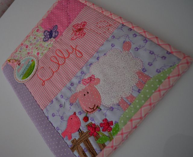 Capa de carteirinhas   de vacinas Lilly by Maria Sica, via Flickr
