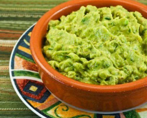 Гуакамоле – традиционный мексиканский соус, пришедший в современные кулинарные традиции еще от ацтеков.