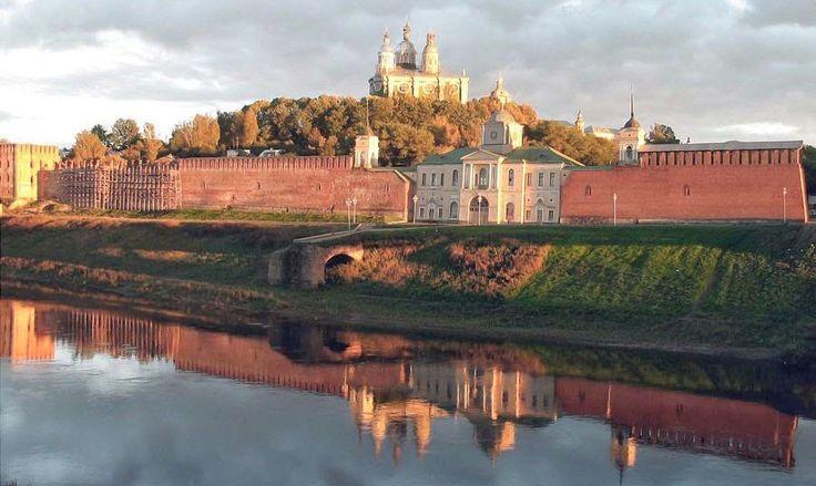 Zachowany fragment murów w Smoleńsku. W miejscu białego budynku stałą brama Królewska, widać nawet pozostałość mostu nad Dnieprem