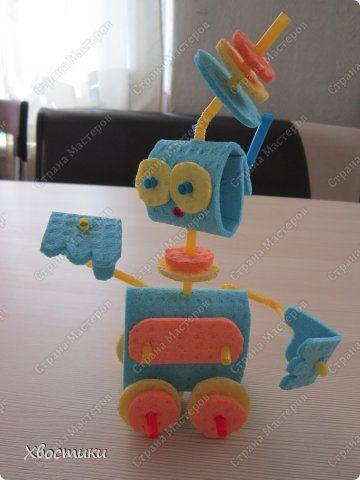 Хотите сделать такого симпатичного робота, который умеет поворачивать голову, двигать руками в любом направлении, ездить на колёсах (правда только вбок), поворачивать антенну (наверное, сигналы из космоса выслушивает), брать в руки предметы? Тогда Вам - к нам!!! Продолжаем тему нашей салфеточной техники. фото 31