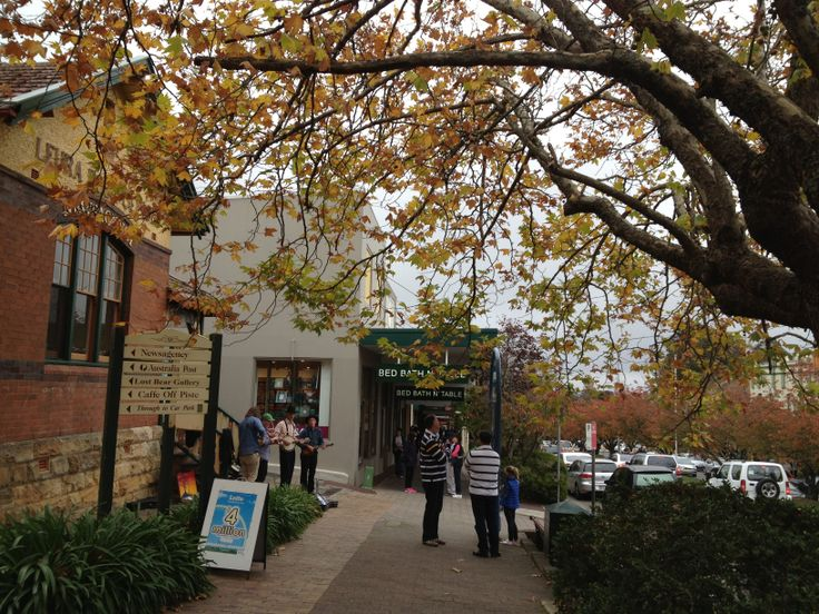 Leura village at start of autumn
